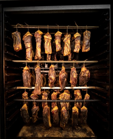 Bekannt ist der Klausbauer auch für seinen Schinkenspeck, Fleisch kommt natürlich vom Hof